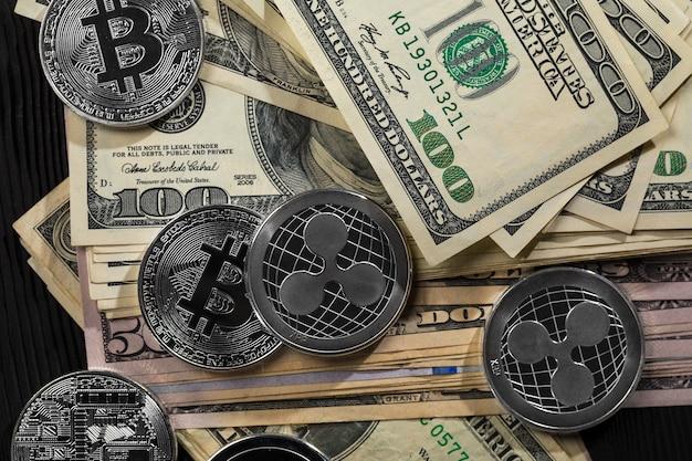Zilveren en gouden munten met bitcoin, rimpel en etherische symbool op hout
