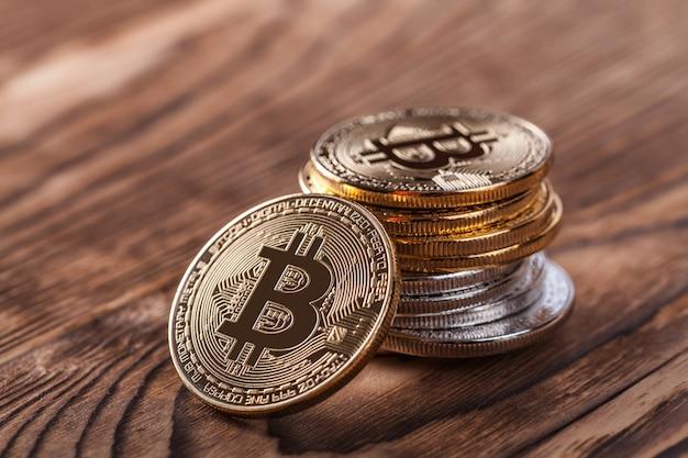 Zilveren en gouden munten van bitcoin