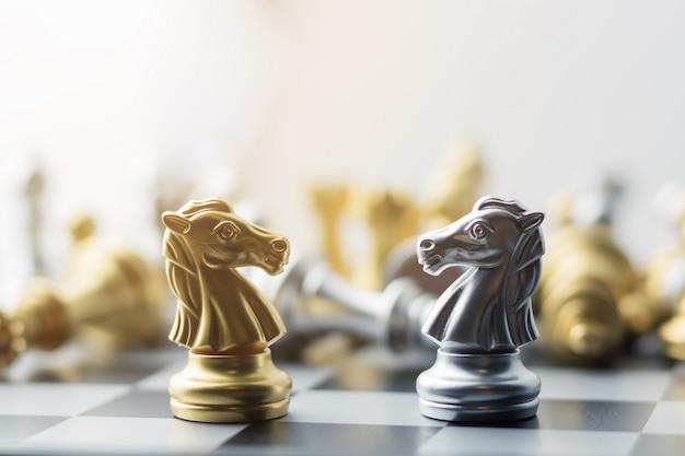 Zilveren en gouden paardenschaken aan boord.
