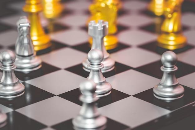 Zilveren en gouden schaakset voor bedrijfsconcept