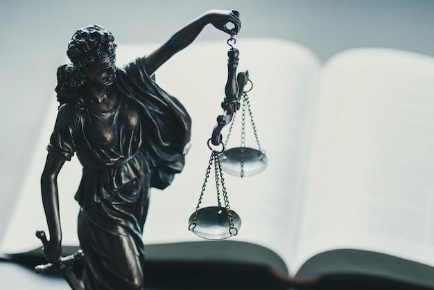 Zilveren figuur van justitie die schalen houdt