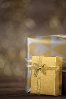 Zilveren geschenken met een onscherpe achtergrond