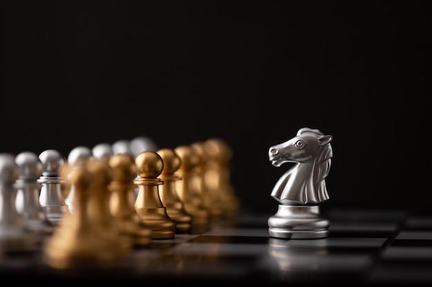 Zilveren hores is de leider van het schaakspel