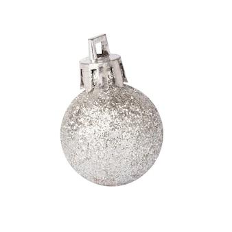 Zilveren kerst bal geïsoleerd op een witte achtergrond. mock-up voor kerstmis, nieuwjaarsclose-up. bal bedekt met glanzende glitter