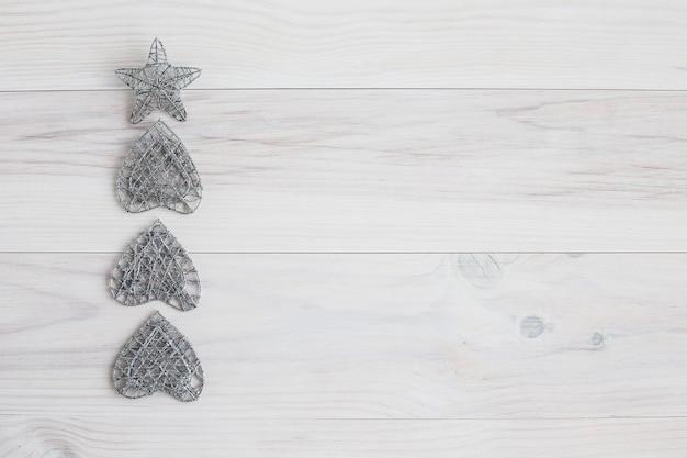 Zilveren kerstartikelen op witte houten achtergrond