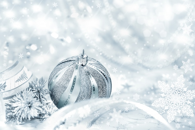 Zilveren kerstbal op abstract