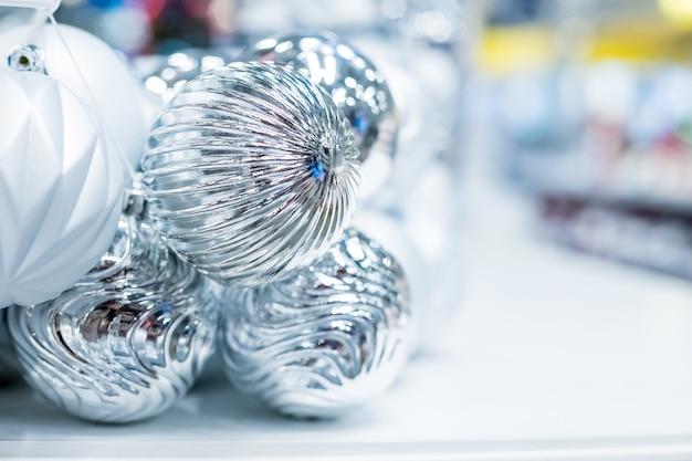 Zilveren kerstversieringen bij marktwinkel