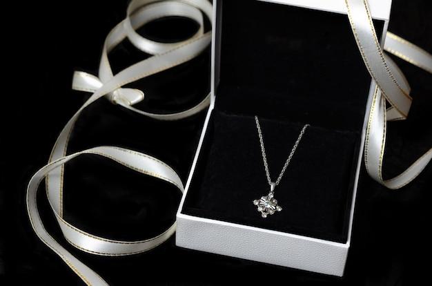Zilveren ketting in geschenkverpakking op zwart