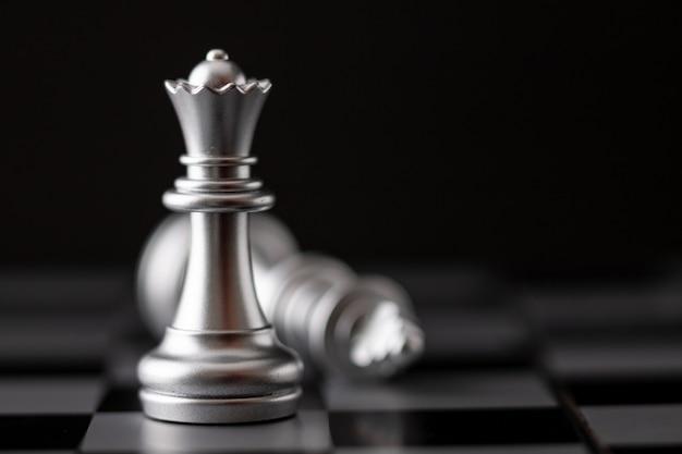 Zilveren koning en koningin in het spel op het schaakbord
