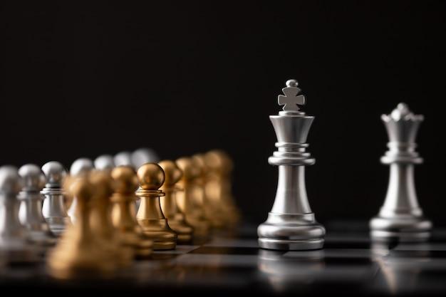 Zilveren koning en koningin op schaakbord
