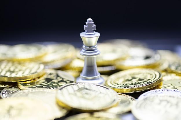 Zilveren koning schaken op cryptocurrency-achtergrond