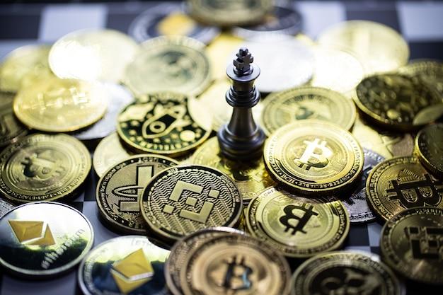 Zilveren koning schaken op het achtergrondgeluid van cryptocurrency
