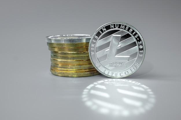 Zilveren litecoin cryptocurrency munten stapel