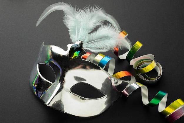 Zilveren masker met veren hoog zicht