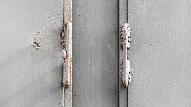 Zilveren metalen muur als achtergrond met scharnieren