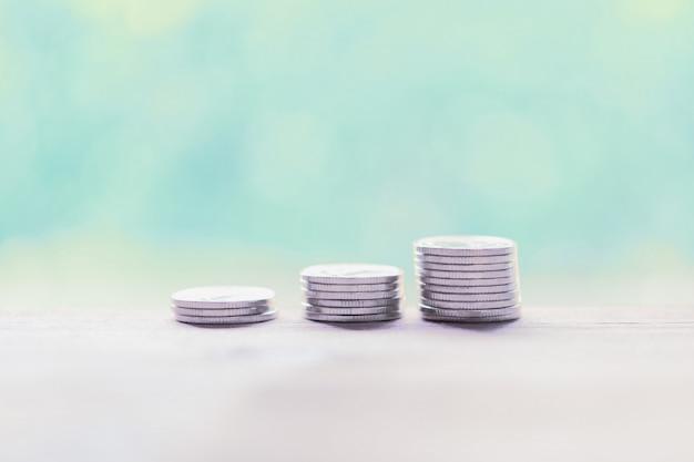 Zilveren muntstukken op houten lijst, die geldconcept besparen