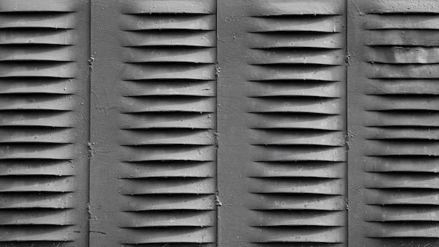 Zilveren muur met ventilatiegaten