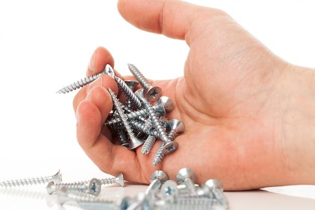 Zilveren nagels in menselijke hand