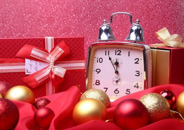 Zilveren nieuwjaarklok met vele ballen op abstracte, kerstmisdecoratie