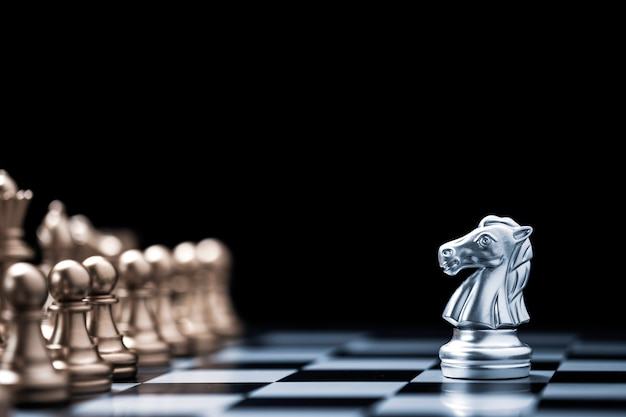 Zilveren paardschaak ontmoetingen met gouden schaakvijand op schaakbord