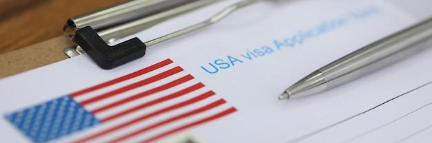 Zilveren pen ligt nationaal amerikaans visumaanvraagformulier