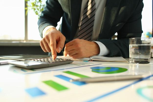 Zilveren rekenmachine en financiële statistieken over klembord