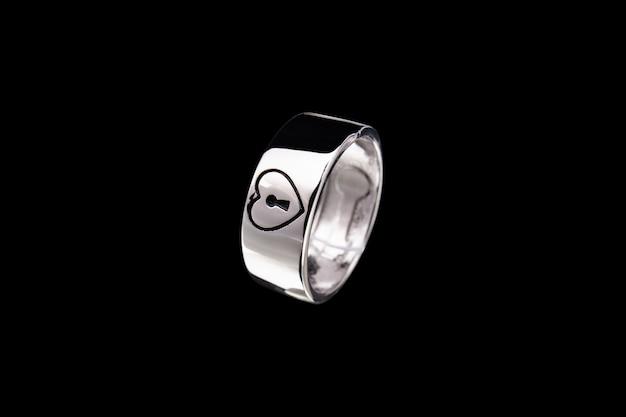 Zilveren ring met hart en slot op zwarte achtergrond
