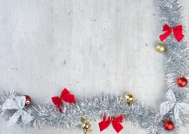 Zilveren, rode en gouden kerstversiering met kopie ruimte.
