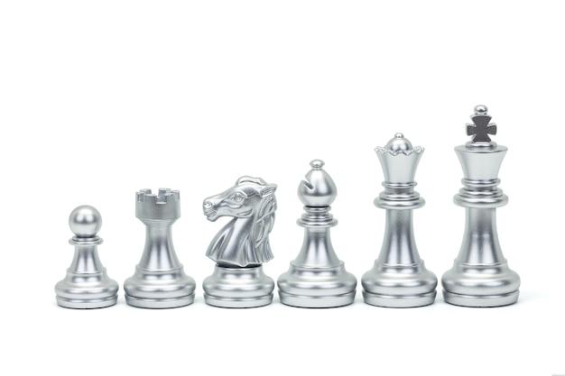 Zilveren schaakstuk staan in een rij geïsoleerd op een witte achtergrond (koning, koningin, bisschop, ridder, toren, pion). uitknippad