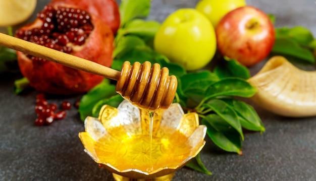 Zilveren schaal met honing en fruit voor jom kipoer. joodse feestdag.