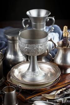 Zilveren schotels op oude lijst