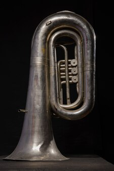 Zilveren tuba geïsoleerd op zwarte achtergrond