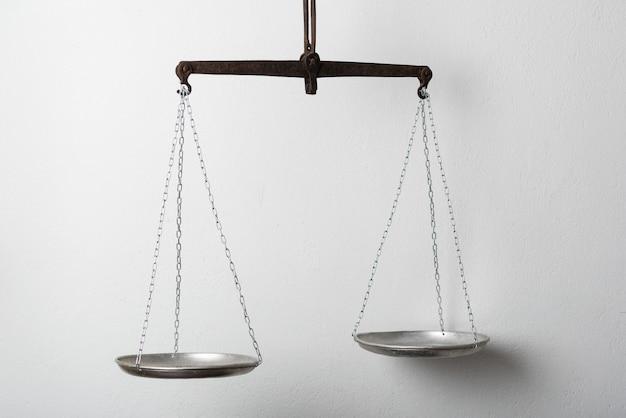 Zilveren weegschaal of straalbalans op wit