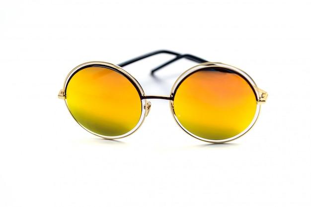 Zilveren zonnebril en gele lenzen op wit wordt geïsoleerd