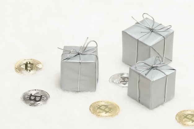 Zilverkleurige geschenkdozen en bitcoins-munten
