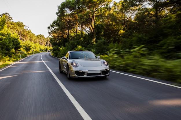 Zilverkleurige minicoupé in de weg.
