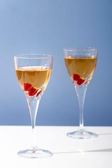 Zin in hoge glazen met drankjes