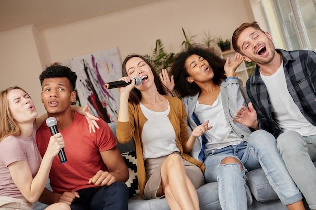 Zing zoals je een enthousiaste groep vrienden kunt zingen met microfoon terwijl je thuis karaoke speelt