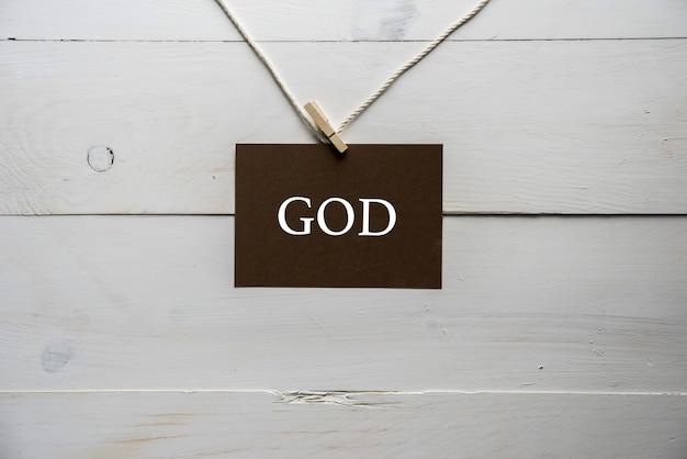 Zingen aan een touwtje met god erop geschreven