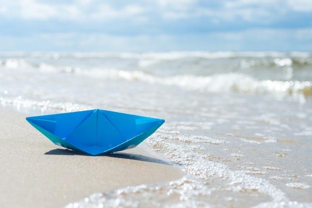 Zinkende papieren boot