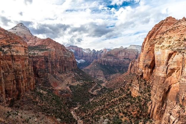 Zion canyon, utah, vs in de winter. rode rotsenvallei