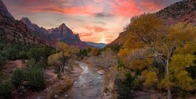Zion national park in de herfst zonsopgang hikie met rivier langs de weg