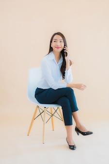 Zit de portret mooie jonge bedrijfs aziatische vrouw op stoel