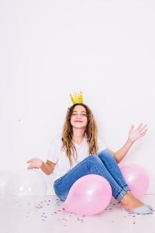 Zit meisje omringd door ballonnen