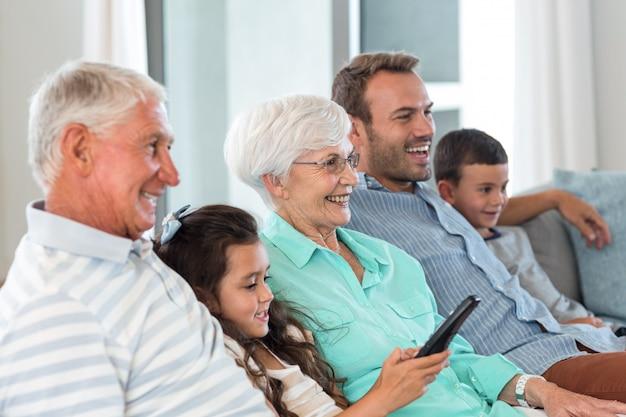 Zittend op de bank en gelukkige familie