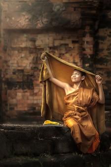 Zittend op de zon tijdens het mediteren in de middag