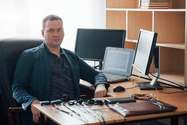 Zittend op de zwarte stoel. polygraaf-examinator werkt op kantoor met de apparatuur van zijn leugendetector