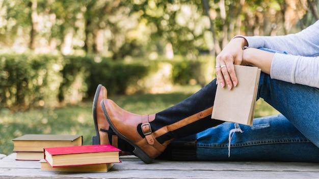 Zittend persoon met boek