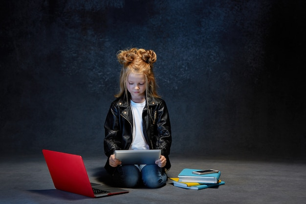 Zitting van het meisje met gadgets