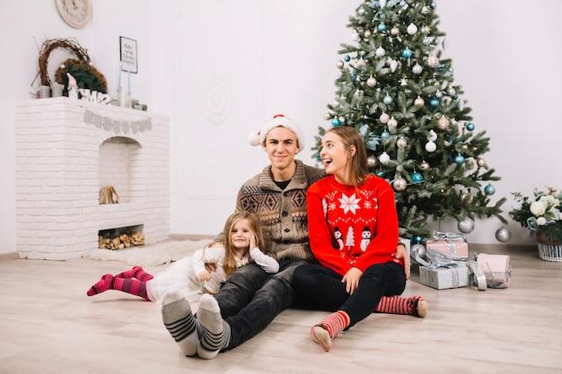 Zittingspaar het vieren kerstmis thuis